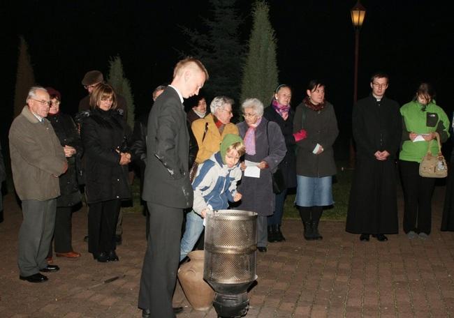 Palenie wkładów przy modlitwie pielgrzyma i zawierzenia